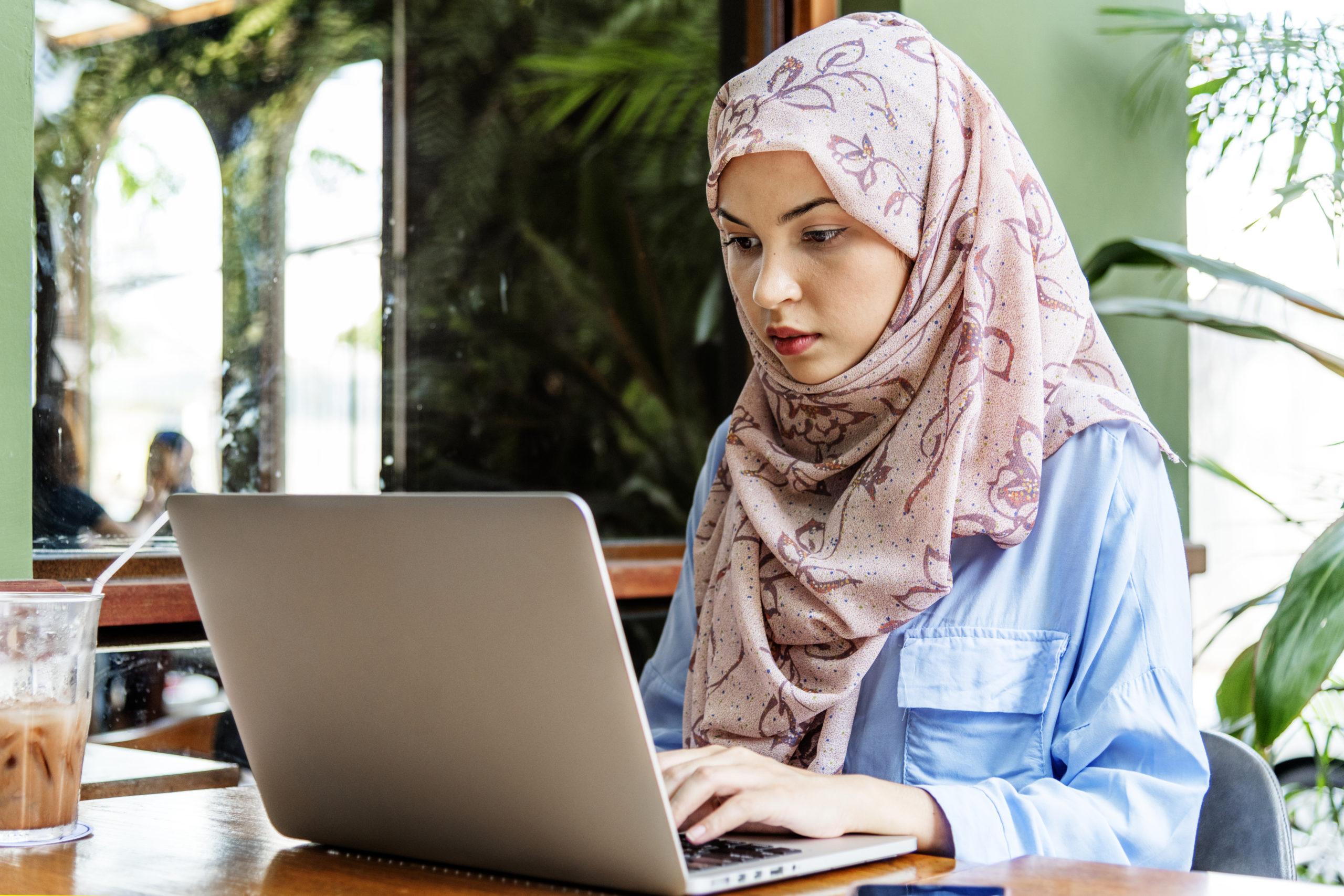 תרגום מעברית לערבית בתמונה: מתרגמת לערבית עובדת על מחשב נייד