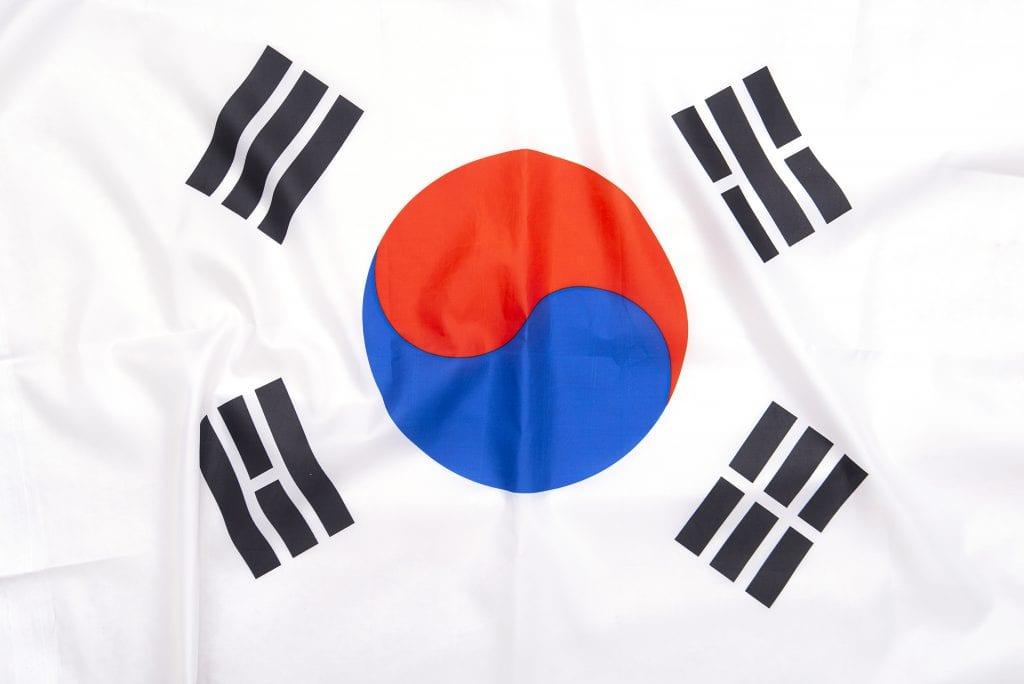 תרגום לקוראנית בתמונה דגל קוריאה עגול במרכז שני בכחול ואדום ופסים בפינות בשחור