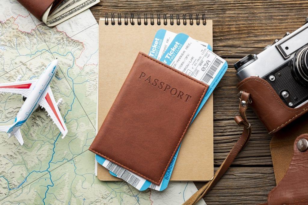 תרגום תעודות נישואין בתמונה: תמונת דרכון בצבע חום ולשמאלה דגם מטוס